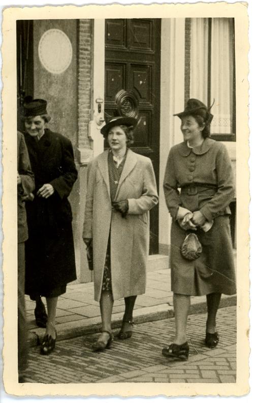 Johanna Fokkens Broekveldt (middle) - circa 1920s